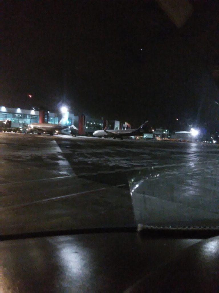 А321 Аэрофлота на перроне после эвакуации с ВПП в Храброво